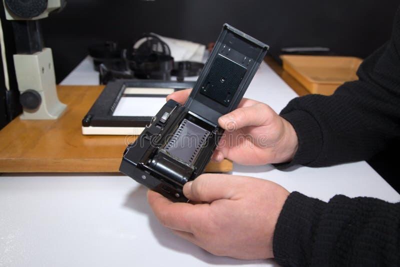 Vieil appareil-photo de photo avec le film noir et blanc image stock