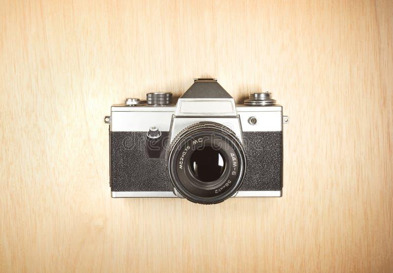 Vieil appareil-photo de photo sur la table en bois photo stock