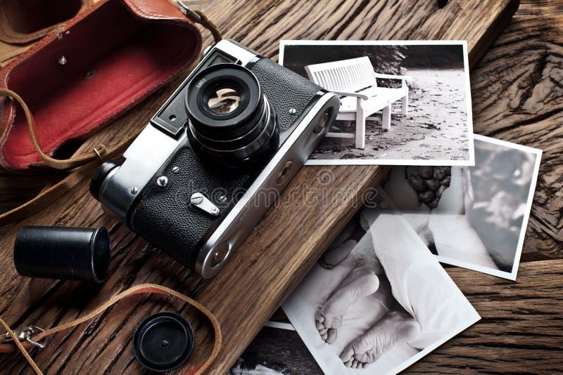 Vieil appareil-photo de télémètre et photos noires et blanches photographie stock