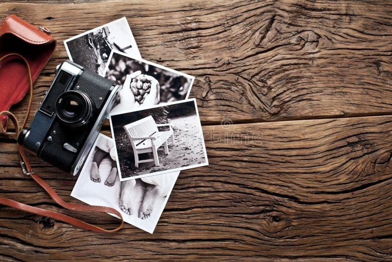 Vieil appareil-photo de télémètre et photos noires et blanches image libre de droits
