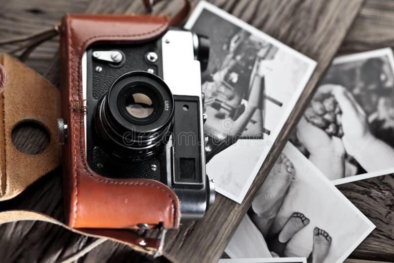 Vieil appareil-photo de télémètre et photos noires et blanches images libres de droits