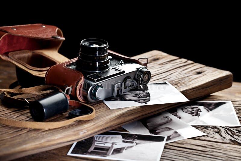 Vieil appareil-photo de télémètre et photos noires et blanches image stock