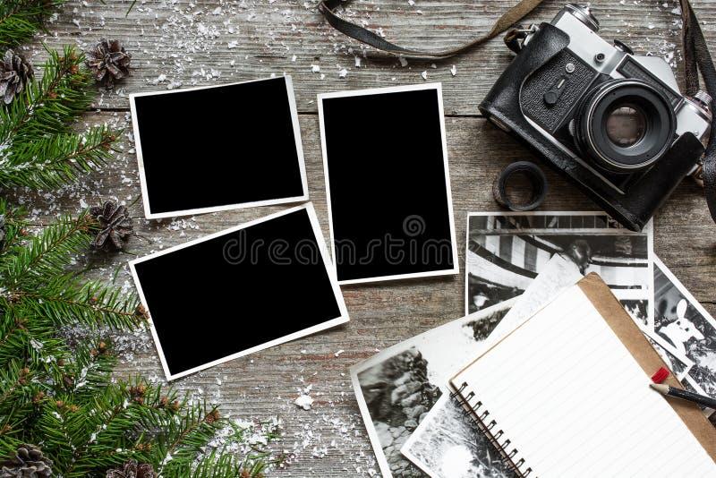 Vieil appareil-photo de vintage et une pile de cadres de photo image stock