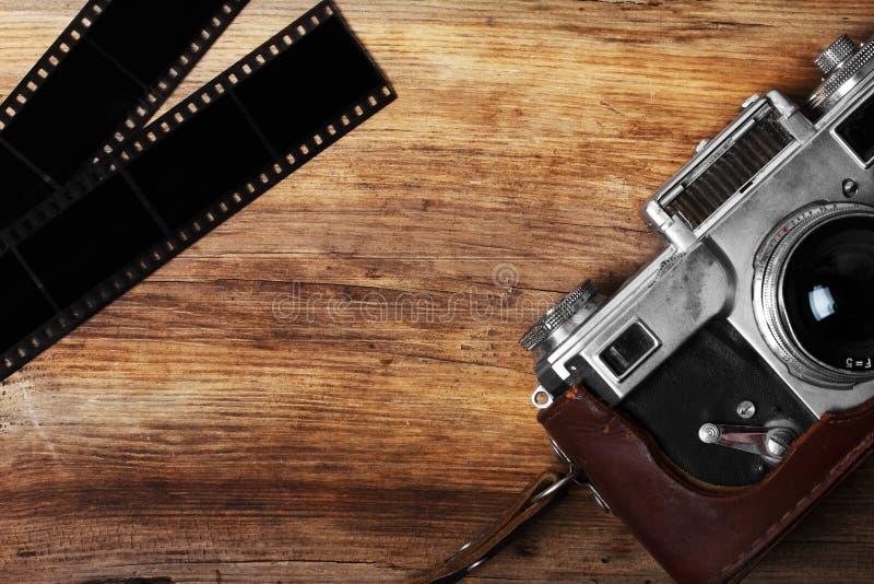Vieil appareil-photo et bande blanc de film images libres de droits
