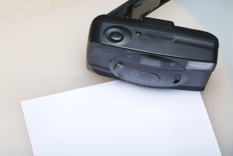 Vieil appareil-photo semi-automatique Avec la couverture de dos nu Mensonges sur une surface blanche Près du papier de photo Vue  images stock