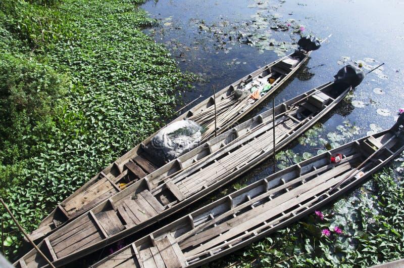 Vieil arrêt du bois de bateau de longue queue à la rive du lac Thale NOI images libres de droits
