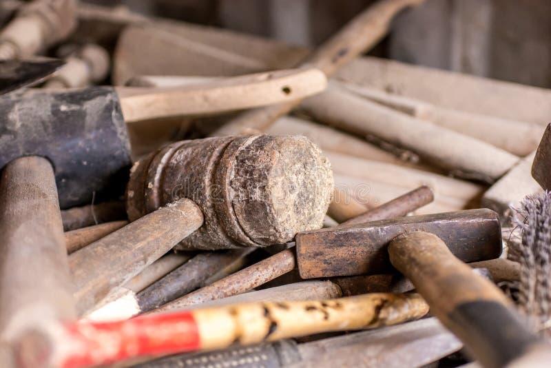 Vieil atelier traditionnel avec beaucoup d'outils image stock