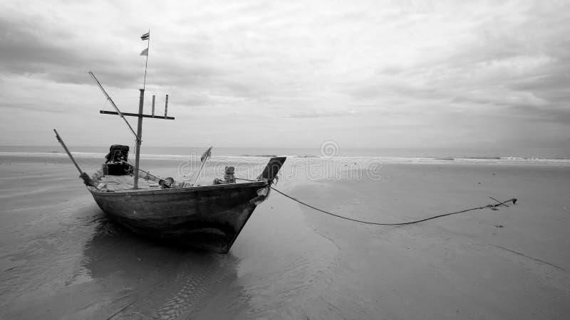 Vieil atterrissage en bois de bateau de pêche sur la plage photo libre de droits