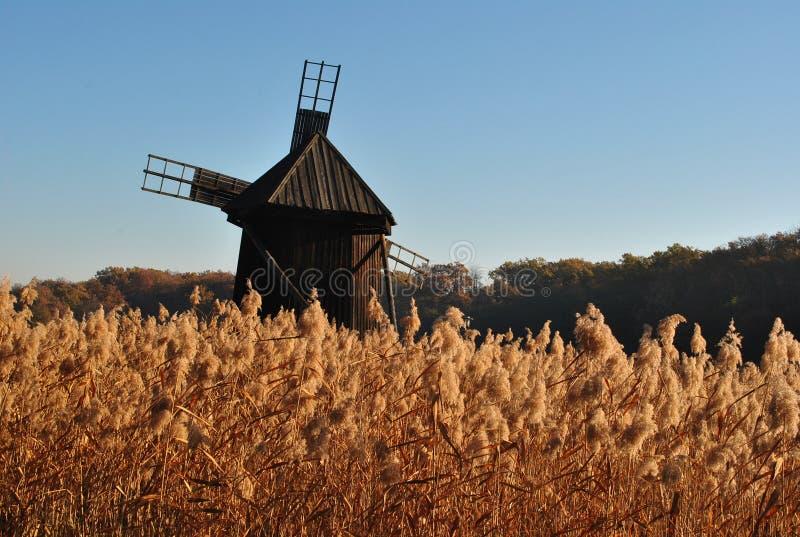 Vieil automne de moulin à vent photos stock