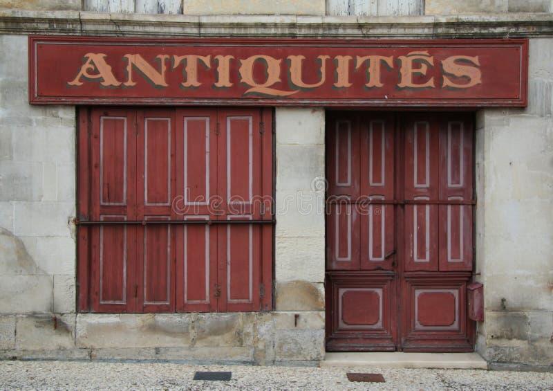 Vieil avant à volets français de magasin en rouge photos stock