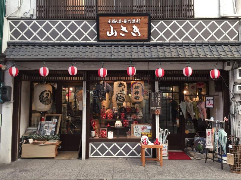 Vieil avant de magasin d'une boutique traditionnelle de lanterne photographie stock libre de droits
