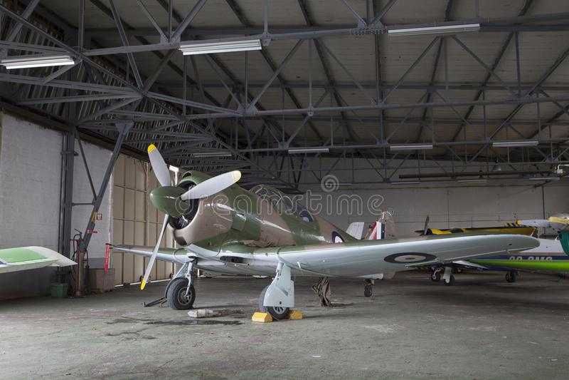 Vieil avion dans un hangar images stock