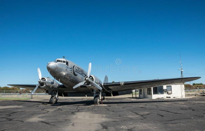 Vieil avion de Douglas DC-3 sur la piste de l'aérodrome Histoire des Etats-Unis photos libres de droits