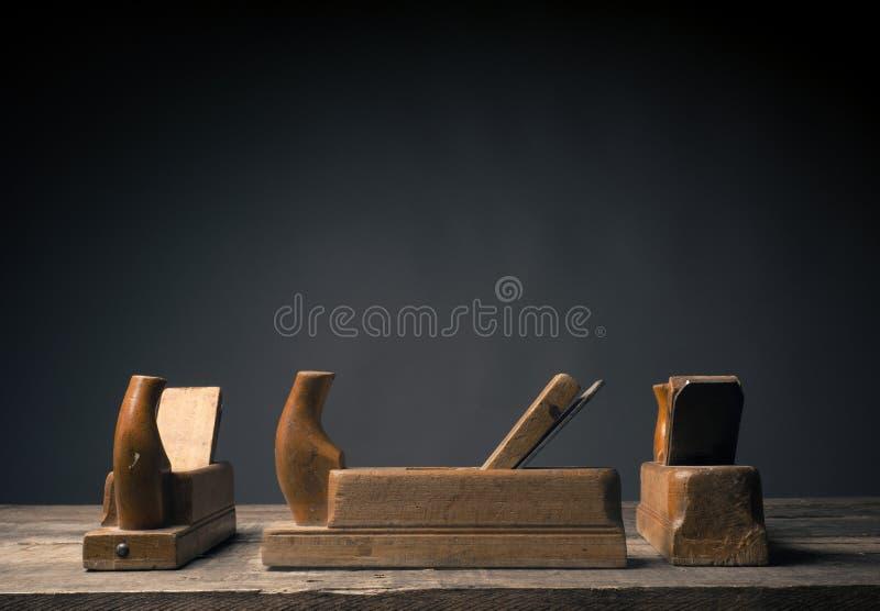 Vieil avion en bois sur la planche rustique photos stock