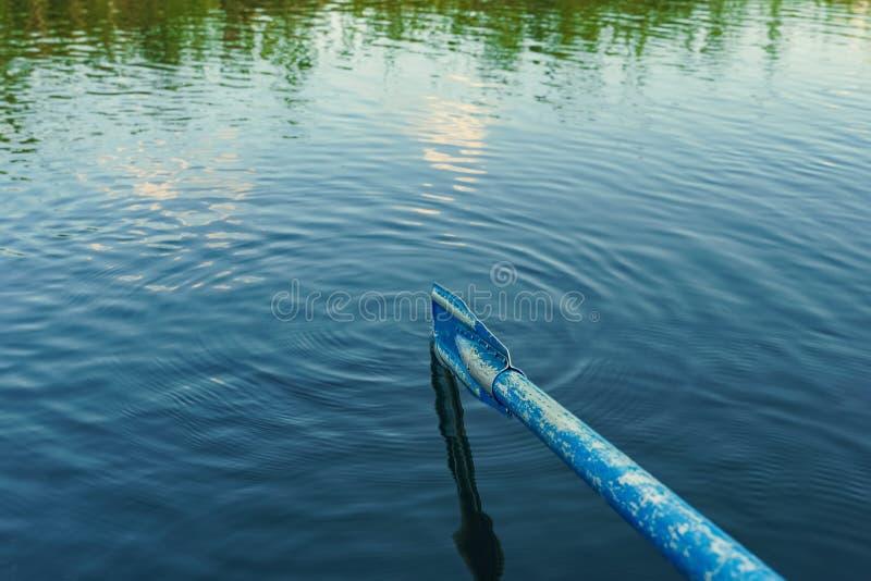 Vieil aviron bleu aux arrière-plans de vagues d'eau images libres de droits