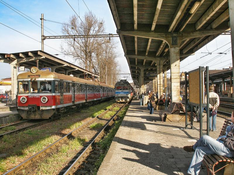 Vieil En57 ? unit?s multiples ?lectrique a fonctionn? par Przewozy Regionalne dans la station de Cesky Tesin dans Czechia photos stock