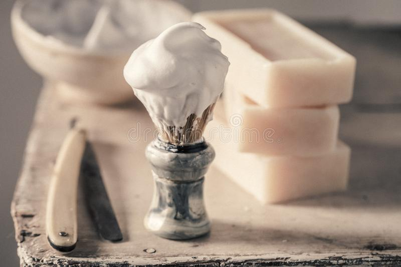 Vieil ensemble de rasage avec du savon, le rasoir et la brosse gris photo stock