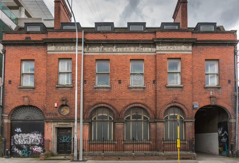 Vieil entrepôt le long de ville Quay de rivière de Liffey, Dublin Ireland image libre de droits