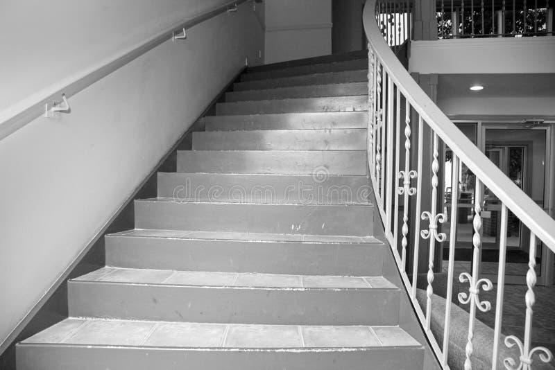 Vieil escalier d'appartement image stock