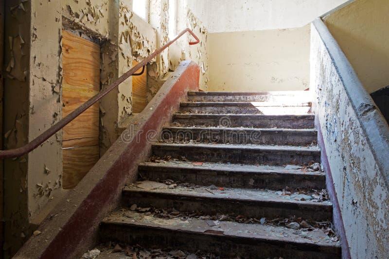 Vieil escalier dans la maison abandonnée et ruinée image libre de droits
