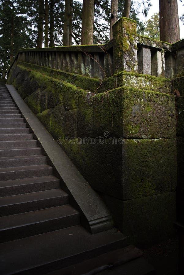 Vieil escalier dans le temple photos stock