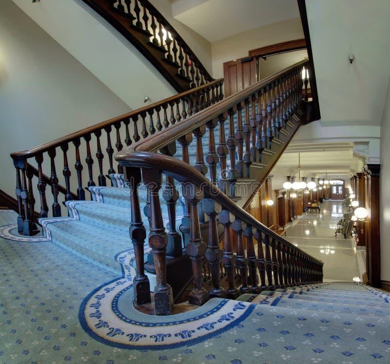 Vieil escalier dans le tribunal pionnier photo stock