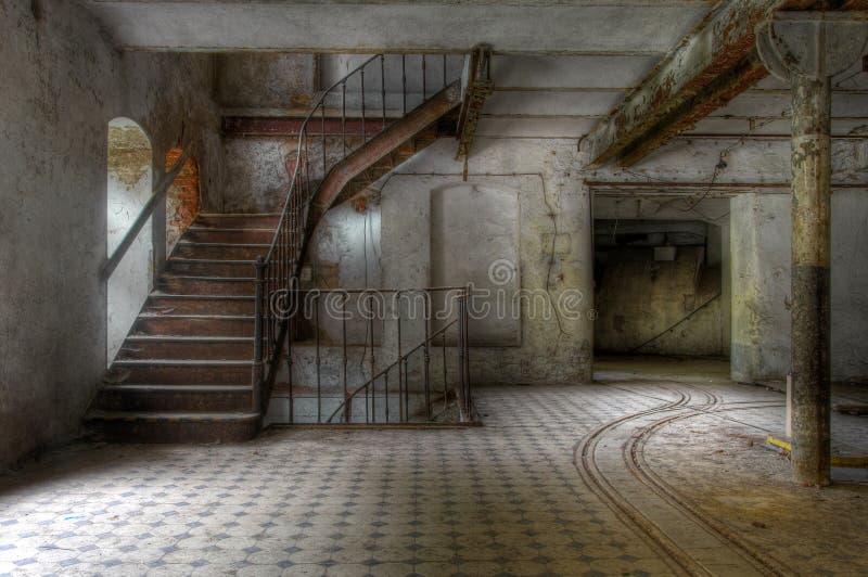 Vieil escalier dans un hall abandonné photos libres de droits