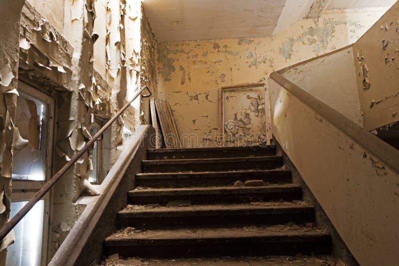 Vieil escalier dans une maison abandonnée et ruinée image stock