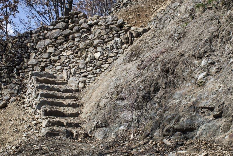 Vieil escalier de roche fabriqué à la main dans une composition photos stock