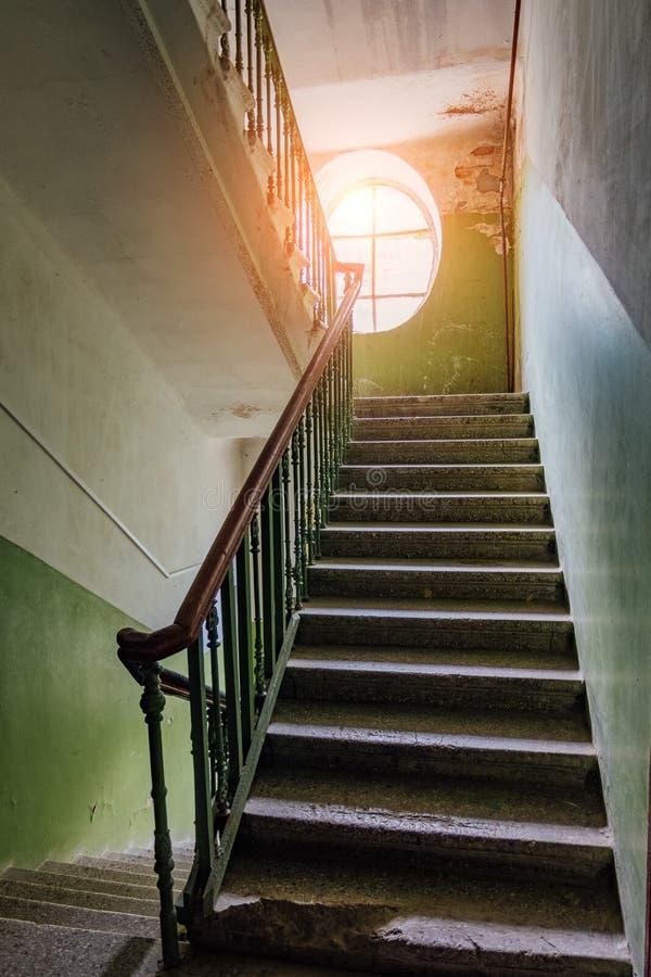 Vieil escalier de vintage à la vieille maison Hublot ovale image stock
