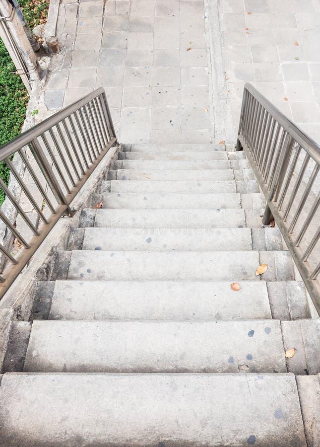 Vieil escalier en béton avec le rail en métal photo libre de droits