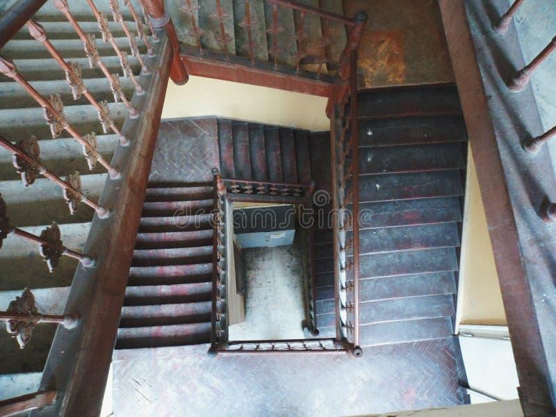 Vieil escalier en bois dans une maison de logement photos libres de droits
