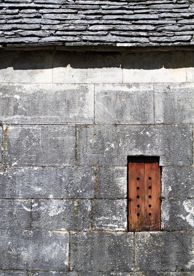 Vieil extérieur en pierre de maison photos stock