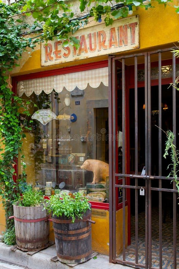 Vieil extérieur français de restaurant photographie stock libre de droits