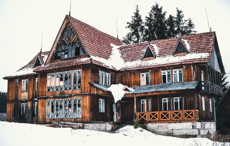Vieil hôtel en bois abandonné dans les montagnes carpathiennes Déplacement en Europe de l'Est images libres de droits
