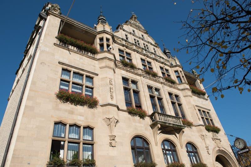 Vieil hôtel de ville de Hilden avant ciel bleu photographie stock
