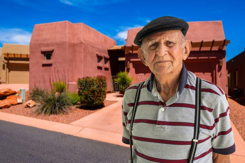 Vieil homme à l'extérieur images libres de droits