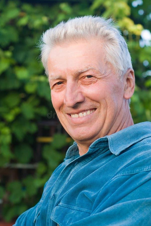 Vieil homme à la nature photo stock