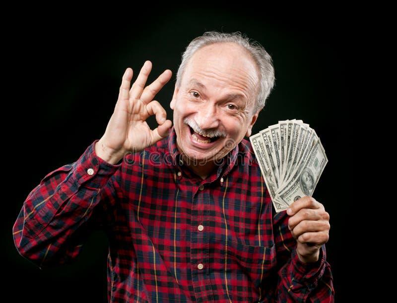 Vieil homme affichant le ventilateur de l'argent photos libres de droits