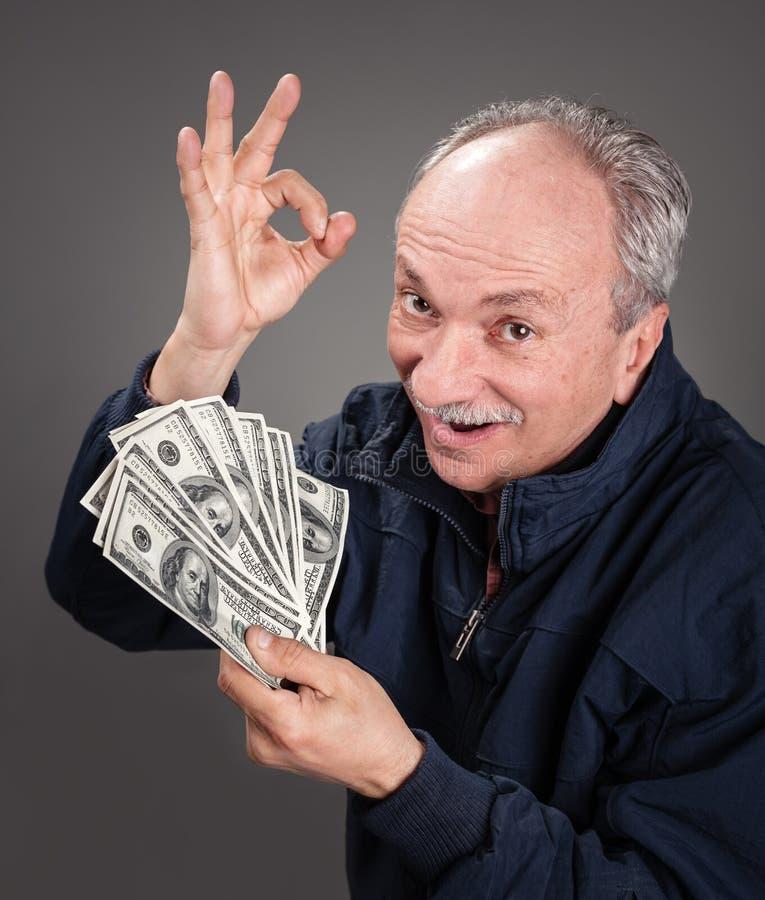 Vieil homme affichant le ventilateur de l'argent photo libre de droits