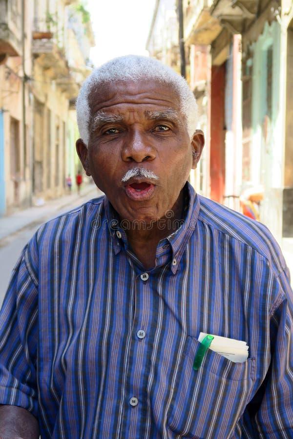 Vieil homme amical parlant de la Havane, Cuba photographie stock