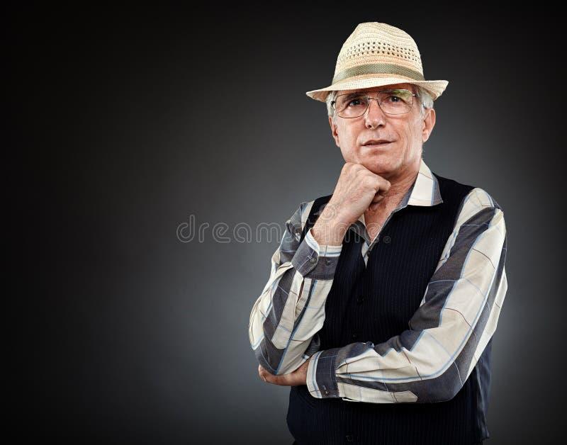 Vieil homme au-dessus de fond gris image libre de droits