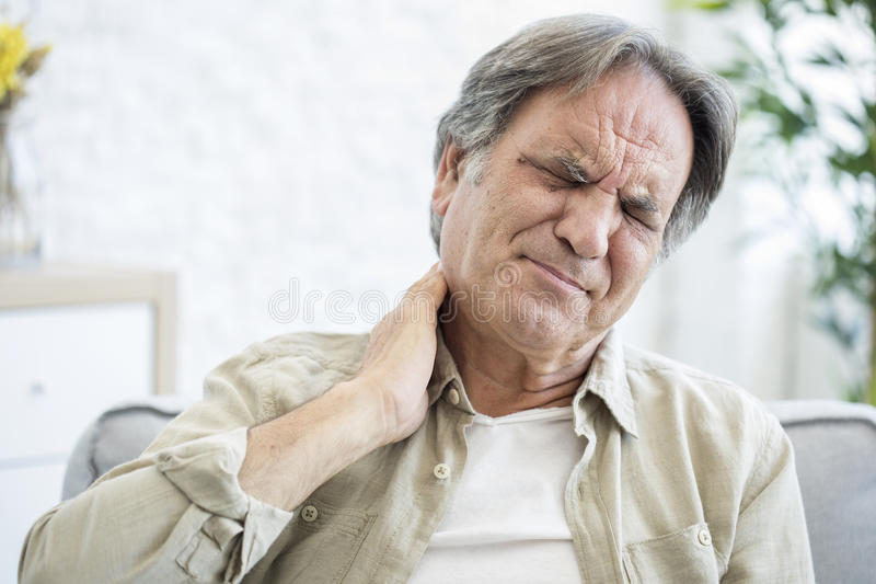 Vieil homme avec douleur cervicale photos stock