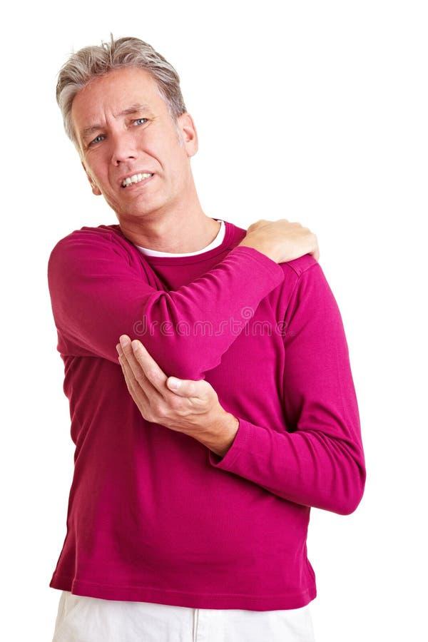 Vieil homme avec douleur d'épaule image stock