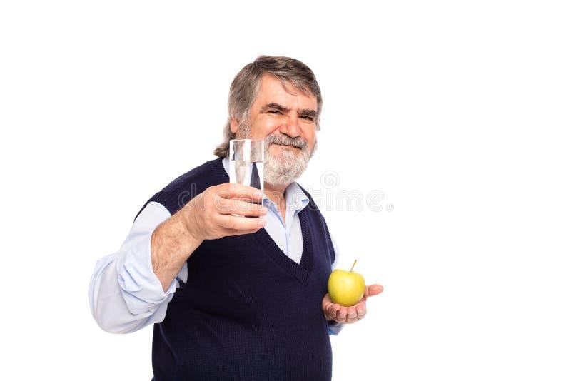 Vieil homme avec l'eau et la pomme photo libre de droits