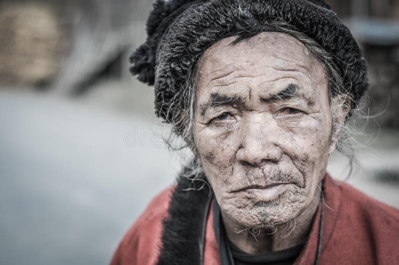 Vieil homme avec le chapeau en Arunachal Pradesh images stock