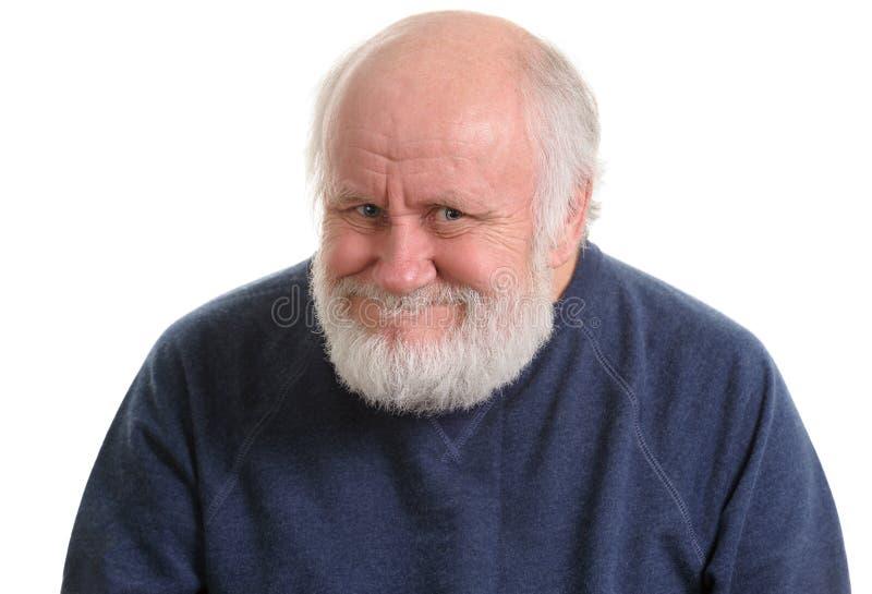 Vieil homme avec le faux sourire délicat insidieux, d'isolement dessus avec photos libres de droits