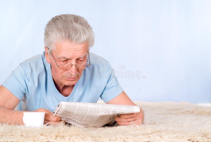 Vieil homme avec le journal photos libres de droits