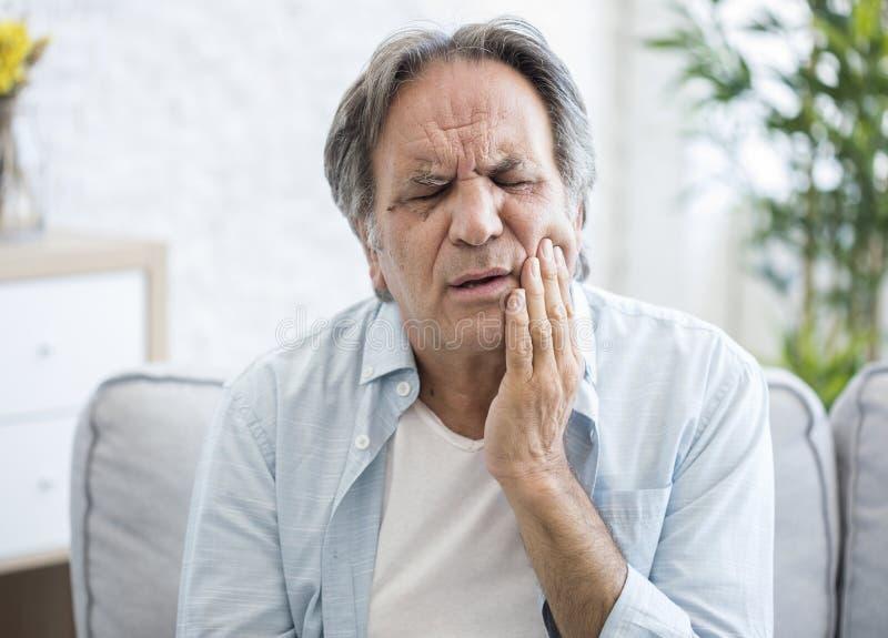 Vieil homme avec le mal de dents photo stock
