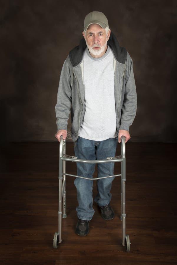 Vieil homme avec le marcheur photos stock